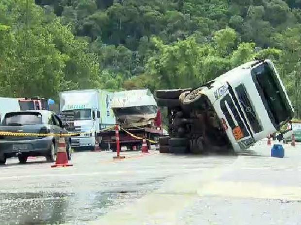 Caminhão carregado com gás de cozinha tombou na serra em Caraguá. (Foto: Reprodução / TV Vanguarda)