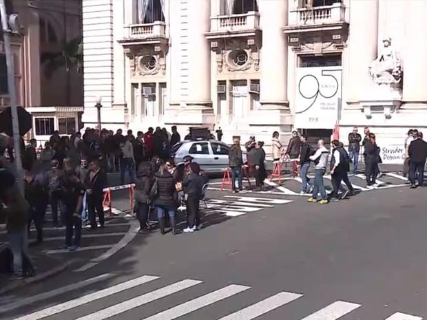 Agentes da segurança protestam no Palácio Piratini contra parcelamento de salários no RS (Foto: Reprodução/RBS TV)
