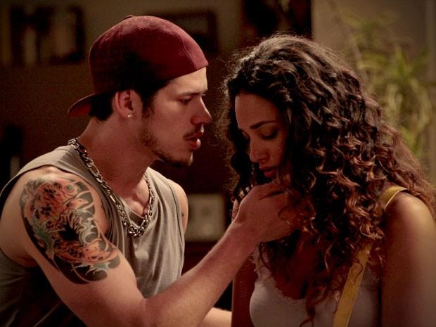 Darkson consola a morena e rola um clima entre os dois (Foto: Avenida Brasil / TV Globo)