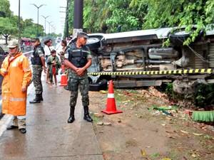 Veículo capotou durante chuva (Foto: Manaustrans/Divulgação)