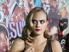 Cara Delevingne chama atenção por marcas nos braços em première