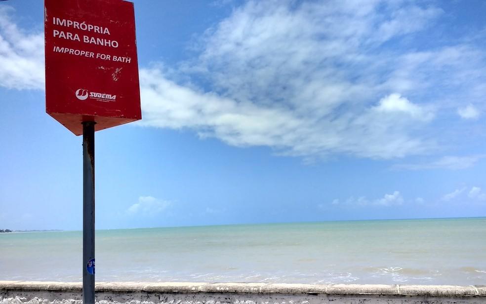 Praia de Manaíra, em João Pessoa, está imprópria para banho (Foto: Krystine Carneiro/G1)