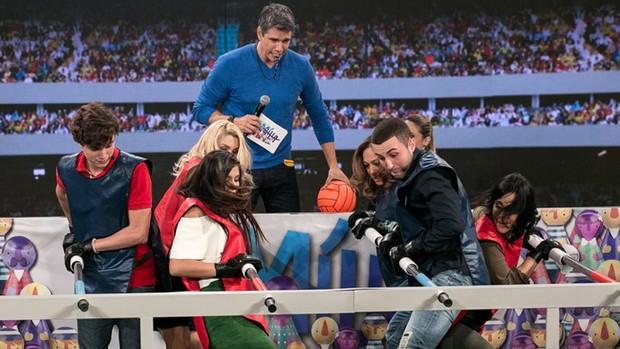 Tamanho Família: atrizes brincam de 'totó humano' (Divulgação)