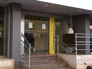 Suspeito armado rouba R$ 50 mil de empresário na porta de banco, diz PM em Goiatuba, Goiás (Foto: Reprodução/TV Anhanguera)