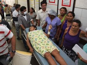 Pacientes são atendidos no meio dos corredores do Socorrão 2 (Foto: Diego Chaves/O Estado)