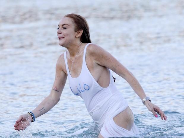 Lindsay Lohan em praia em Mykonos, na Grécia (Foto: Grosby Group/ Agência)
