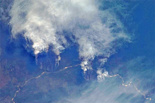 Imagem feita por astronauta que está na Estação Espacial Internacional mostra focos de queimada na Amazônia nas margens do Rio Xingu, no Mato Grosso (Foto: Nasa)