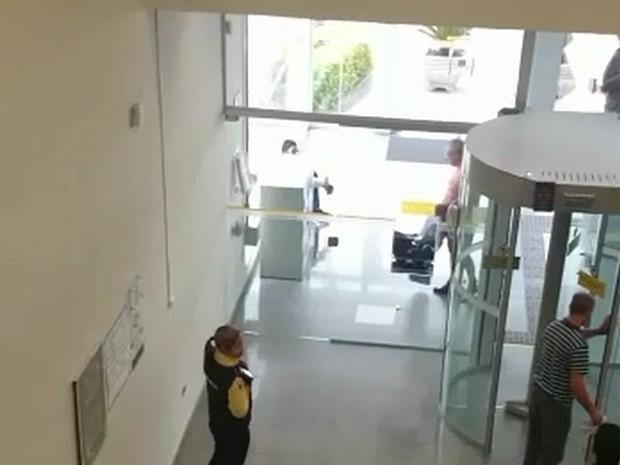 Homem fica pelado em banco de Campinas (SP) (Foto: Reprodução/EPTV)