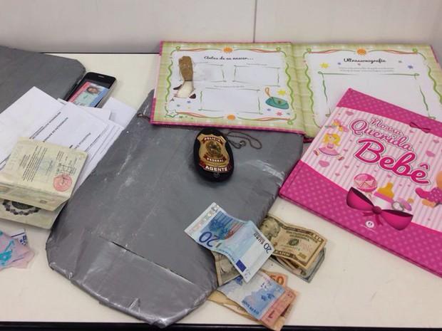 PF apreende cocaína escondida em álbum infantil no Aeroporto Internacional Tancredo Neves, em Confins. (Foto: Polícia Federal/ Divulgação)
