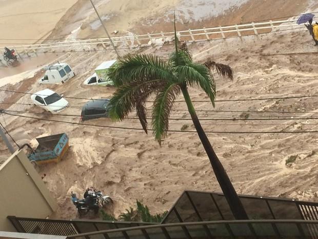 Deslizamento de terra atingiu quatro carros e uma motocicleta nesta sexta (Foto: Lorena Barros/G1)