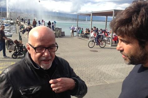 Paulo Coelho e Pedro Vasconcellos: papo nas ruas de Genebra (Foto: Divulgação)