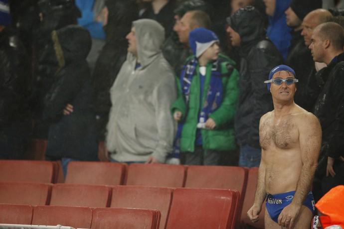 Torcedor do Everton vai de sunga de banho ao jogo diante do Arsenal (Foto:  Reuters / John Sibley )