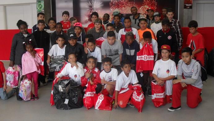 Grupo de crianças ganhou presentes e conheceu instalações do Beira-Rio (Foto: Marcio Castro / Brigada Militar, DVG)