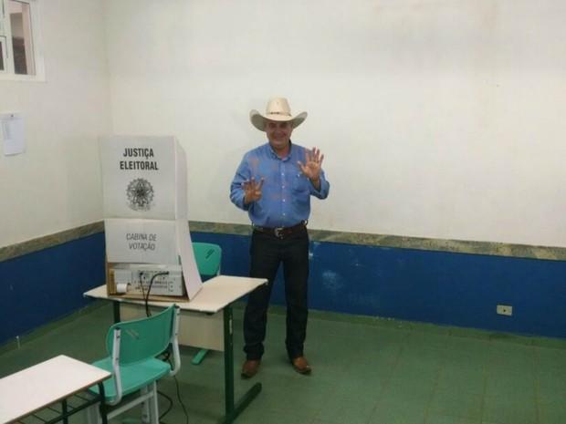 Angelo Guerreiro vota em Três Lagoas (Foto: Marcelo Fefin/ TV Morena)