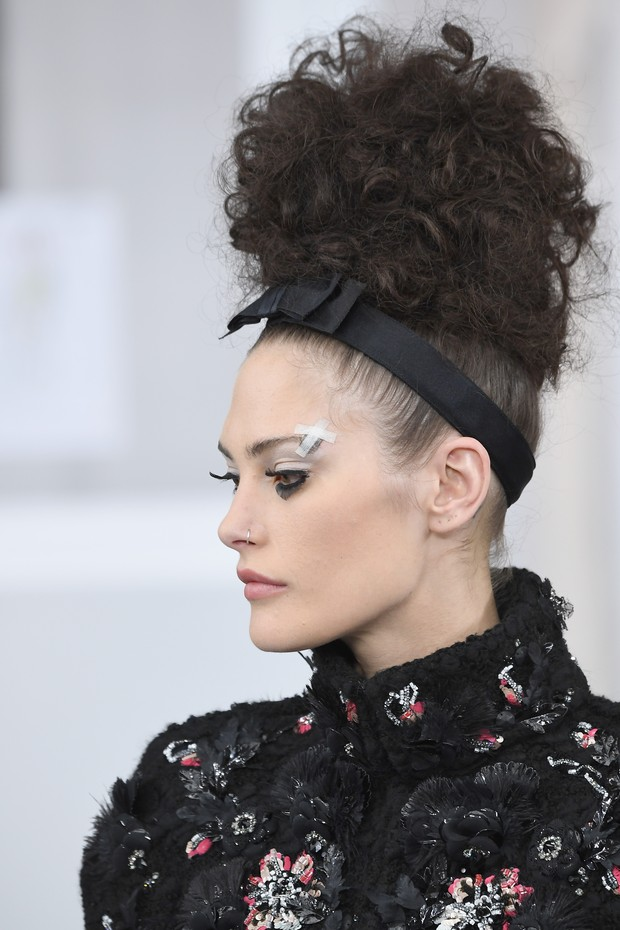 O coque cacheado retr criado por Sam McKnight para o desfile da Chanel Foto Getty Images