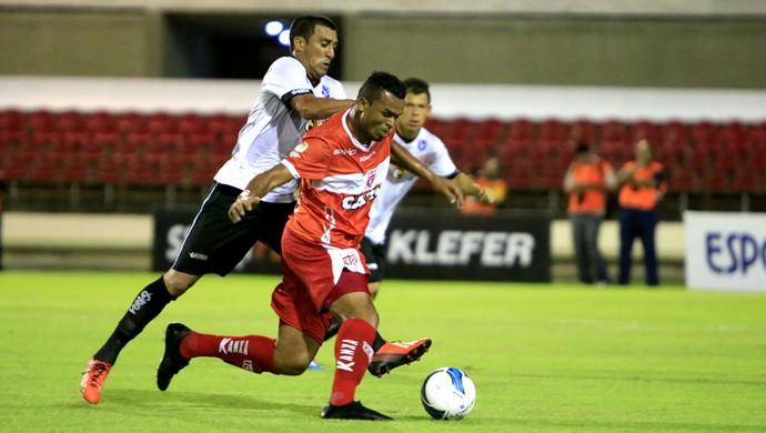 Goleador, Zé Carlos recebe forte marcação da defesa do time de Ceará-Mirim (Foto: Ailton Cruz/ Gazeta de Alagoas)