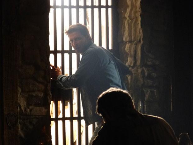 Cassiano pensa em fugir, Duque diz que é impossível (Foto: Flor do Caribe/TV Globo)