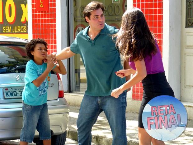 Sueli tenta impedir briga de Marcos e Azeitona (Foto: Taís Moreno/ Gshow)