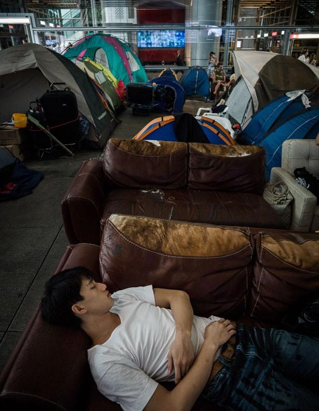 Homem dorme em acampamento montado na entrada do banco HSBC em Hong Kong (Foto: Philippe Lopez/AFP)
