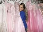 Tudo rosa! Geisy Arruda experimenta vestidos de noiva nada tradicionais