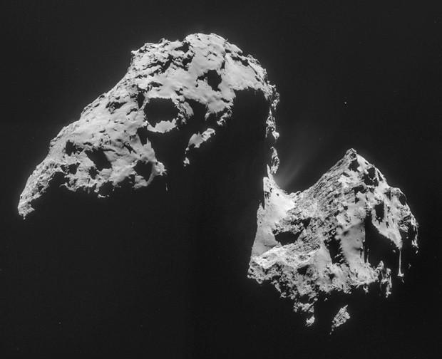 Imagem tirada por câmera na sonda Rosetta mostra cometa 67P/Churyumov-Gerasimenko: água encontrada no cometa é diferente de água da Terra (Foto: AP Photo/ESA)