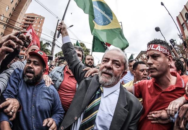 O ex-presidente Luiz Inácio Lula da Silva chega à Justiça Federal cercado por simpatizantes (Foto: Reprodução/Facebook)