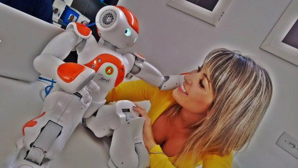 Kelly Maria conheceu o Robô Naomi, o memso de Morde & Assopra (Foto: Divulgação/ TV Vanguarda)