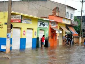 Nível da água chegou a um metro em oito estabelecimentos comerciais de Rio Pardo de Minas. (Foto: Magno Mayrink / VC no G1)