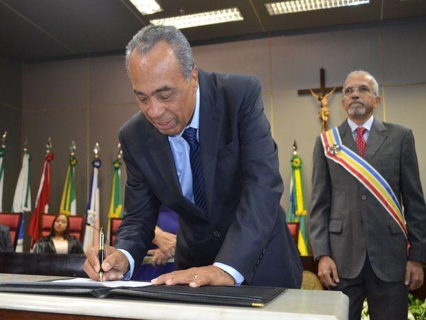 João Alves Filho assina o termo de posse enquanto Edvaldo Nogueira aguarda para transmitir o cargo (Foto: Marina Fontenele/G1 SE)