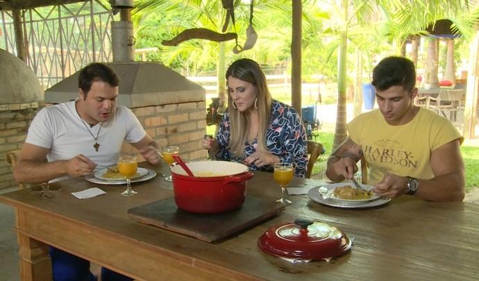 Jessica Leão experimentou a canjiquinha com costelinha de porco acompanhada do cantor Paulo Franco, filho de um amigo do Padre  (Foto: Reprodução / TV Diário )