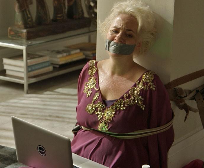 Sumara vê vídeo íntimo no computador e se revolta (Foto: TV Globo)