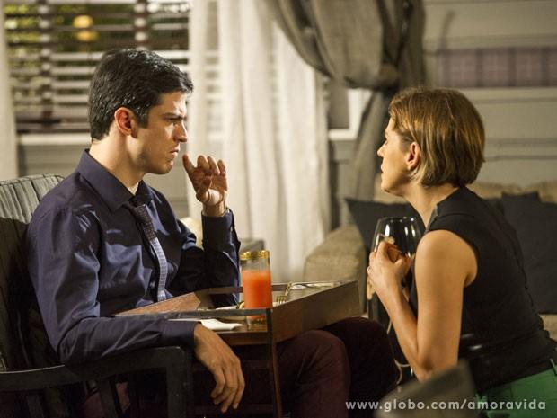 Félix avisa à esposa que a fonte secou (Foto: Amor à Vida/ TV Globo)