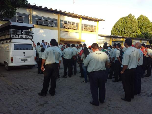 Funcionários discutem questões ligadas a contração. (Foto: Heliana Gonçalves/Tv Gazeta)
