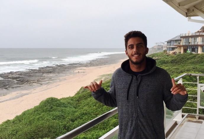 Filipe Toledo posa na casa onde está hospedado em Jeffreys Bay, em frente à praia  (Foto: Divulgação)