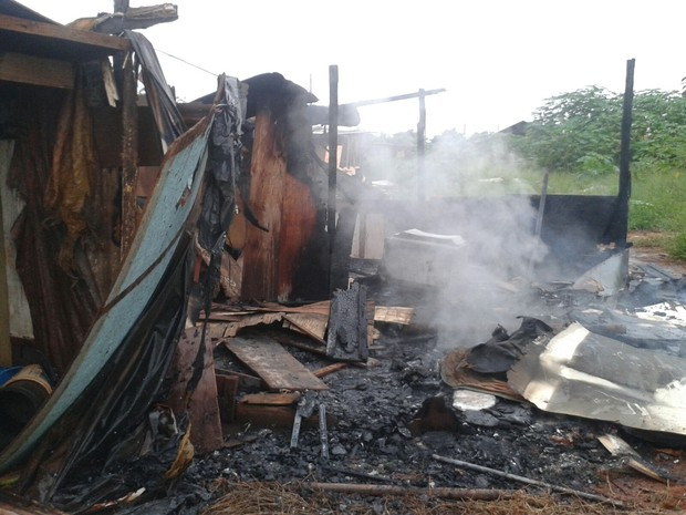 Incêndio destruiu barraco no Jardim Noroeste (Foto: Osvaldo Nóbrega/ TV Morena)