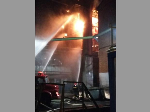 Brigada de Incêndio combate incêndio na CSN, em Volta Redonda (Foto: Divulgação/WhatsApp TV Rio Sul)