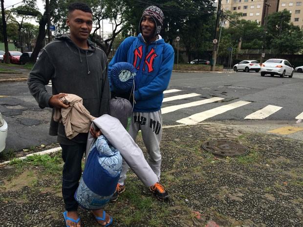Wallace da Silva e Júlio dos Santos já tiveram os pertences levados (Foto: Paula Paiva Paulo/G1)