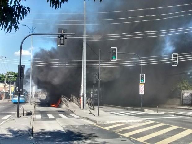 Manifestantes colocaram fogo na estação do BRT, no Rio (Foto: Luiz Alberto/ Arquivo Pessoal)