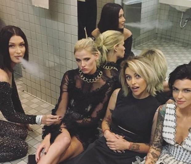 Bella Hadid com Lara Stone, Paris Jackson e Ruby Rose (Foto: Reprodução/Instagram)