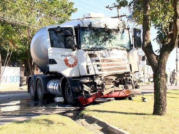 Caminhão bate em ônibus do Transcol (Foto: Fernando Estevão/ TV Gazeta)