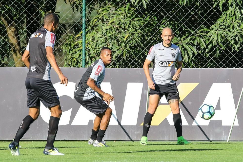 Leonardo Silva, Robinho e Fábio Santos durante treino na Cidade do Galo (Foto: Bruno Cantini / Flickr do Atlético-MG)