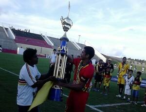 Robson, capitão do Globo FC, recebe troféu de campeão do primeiro turno do Campeonato Potiguar (Foto: Alan Oliveira/Divulgação)