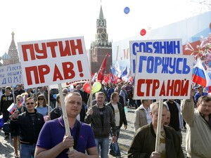 Manifestantes carregam cartazes na Praça Vermelha, em Moscou (Foto: Sergei Karpukhin/Reuters)