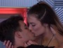 Ex-BBB Antônio beija participante do 'Grand Hermano'
