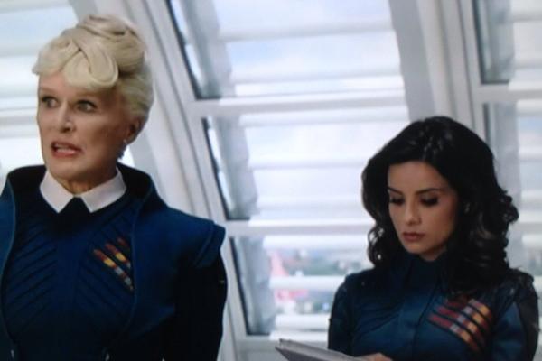 A atriz Mikaela Hoover com Glenn Close em cena de Guardiões da Galáxia (2014) (Foto: Reprodução)