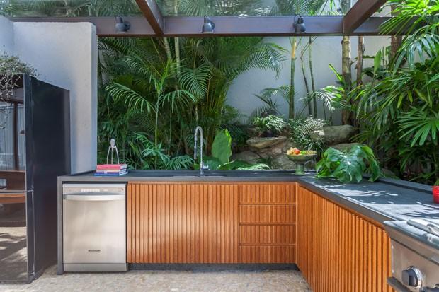 Casa integra área externa com jardim, banheira e espaço gourmet (Foto: Alessandro Guimarães/Divulgação)