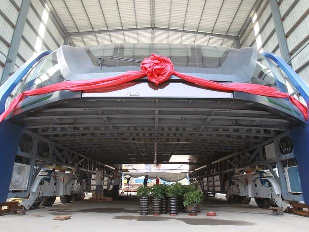 Ônibus elevado é visto nesta quarta-feira (3), em Qinhuangdao, na China (Foto: REUTERS/Stringer )