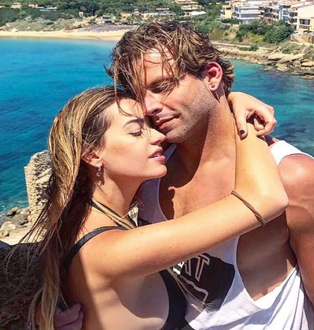 Com cabelos mais urto, Henri curtiu viagem com a namorada, Maria Fernanda, para a costa italiana em junho (Foto: Reprodução/Instagram)