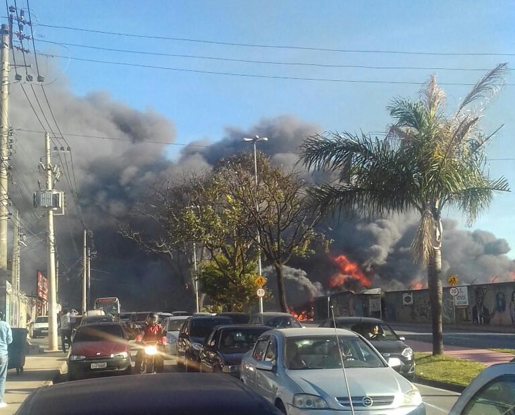 Incêndio atinge loja de autopeças  na avenida Itatuvu em Sorocaba  (Foto: Maciel Domingues da Silva/Arquivo Pessoal )