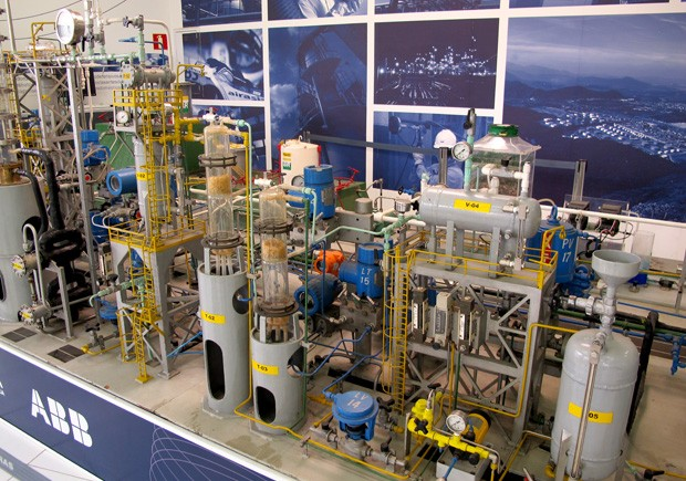 Alunos do curso de engenharia de petróleo e gás usam minirrefinaria no aprendizado (Foto: Mariane Rossi/G1)